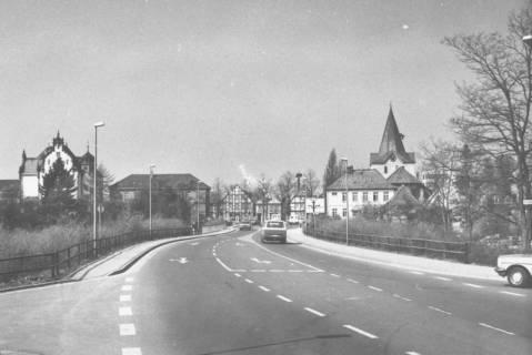 ARH Slg. Bartling 793, Herzog-Erich-Allee, Blick von der Löwenbrücke nach Westen auf das Amtsgericht und den Turm der Liebfrauenkirche, Neustadt a. Rbge., um 1980
