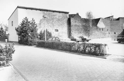 ARH Slg. Bartling 794, Am Kleinen Walle, Parkplatz hinter der Sparkasse, Blick nach Norden auf die Außenwände der Nebengebäude, Neustadt a. Rbge., um 1980
