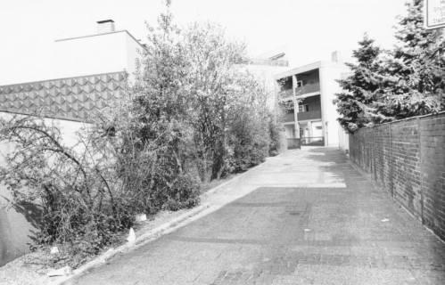 ARH Slg. Bartling 795, Am Kleinen Walle, Blick vom Parkplatz der Sparkasse nach Norden auf die Rückseite des Kaufhauses Hibbe, Neustadt a. Rbge., um 1980