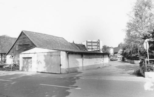 ARH Slg. Bartling 798, Schäfergasse, Blick nach Norden auf die Scheunen, im Hintergrund die Rückseite der Sparkasse, Neustadt a. Rbge., um 1980