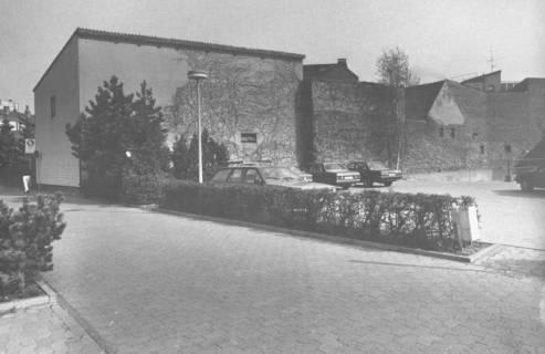 ARH Slg. Bartling 799, Am Kleinen Walle, Parkplatz hinter der Sparkasse, Blick nach Norden auf die Außenwände der Nebengebäude, Neustadt a. Rbge., um 1980