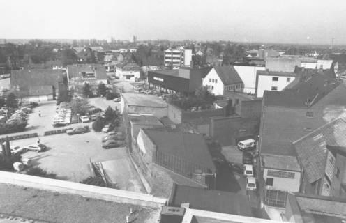 ARH Slg. Bartling 800, Blick aus der Vogelperspektive vom Dach des Sparkassengebäudes über den Parkplatz nach Westen zum Ärztehaus an der Wunstorfer Straße und zu den Hochhäusern an der Siemensstraße, Neustadt a. Rbge., um 1980