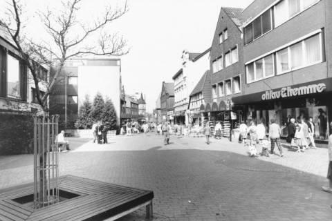ARH Slg. Bartling 801, Marktstraße, Blick von Haus Nr. 35 über den Platz vor der Sparkasse nach Westen, Neustadt a. Rbge., um 1980