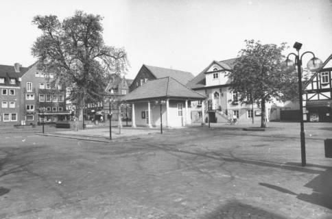 ARH Slg. Bartling 802, Marktplatz vor der Liebfrauenkirche, Blick vom Chor der Kirche über den Platz auf die Ratsapotheke, das Wacht- und Spritzenhaus sowie das Rathaus nach Nordwesten, Neustadt a. Rbge., um 1980