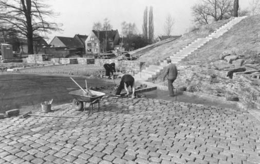 ARH Slg. Bartling 804, Erichsberg, Pflasterung des Vorplatzes, Bau der Treppe, Neustadt a. Rbge., um 1980