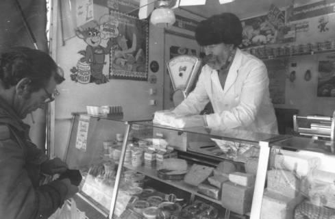 ARH Slg. Bartling 805, Verkauf von Milchprodukten an einem Stand des Wochenmarkts, Neustadt a. Rbge., um 1980