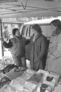 ARH Slg. Bartling 806, Verkauf von Textilien an einem Stand des Wochenmarkts auf der Marktstraße, Neustadt a. Rbge., um 1980