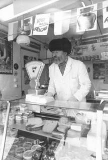 ARH Slg. Bartling 807, Verkauf von Milchprodukten an einem Stand des Wochenmarkts, Neustadt a. Rbge., um 1980