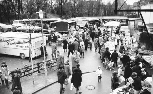 """ARH Slg. Bartling 809, Treiben auf dem """"Wallmarkt"""" vor dem Erichsberg neben dem Jibi-Markt (Lichtspielhaus), Blick aus der Vogelperspektive, Neustadt a. Rbge., 1971"""