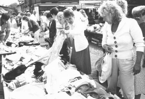 ARH Slg. Bartling 812, Verkauf von Textilien am Grabbeltisch auf der Marktstraße, Neustadt a. Rbge., um 1980