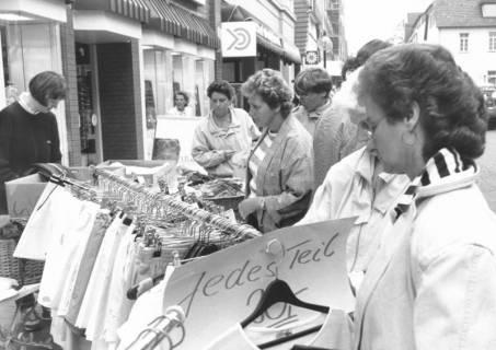 ARH Slg. Bartling 813, Verkauf von Angeboten an Textilien von der Stange auf der Marktstraße, Neustadt a. Rbge., um 1980