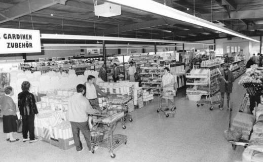 ARH Slg. Bartling 815, Verkaufsstände von Farben und Lacken sowie Gardinen-Zubehör in einem Baumarkt, Blick über die Regale, Neustadt a. Rbge., um 1970