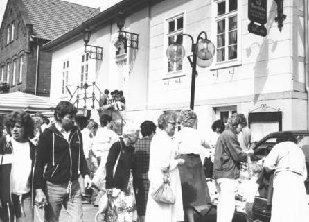 ARH Slg. Bartling 817, Auto-Markt vor dem alten Rathaus, Neustadt a. Rbge., um 1970