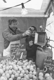 ARH Slg. Bartling 819, Verkauf von Zitrusfrüchten am Marktstand, Neustadt a. Rbge., um 1970