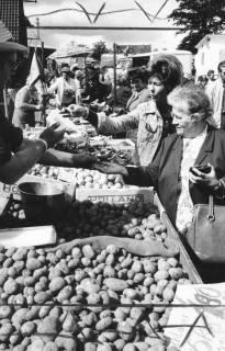 """ARH Slg. Bartling 820, Verkauf von Kartoffeln auf dem Wochenmarkt """"Wallmarkt"""", Neustadt a. Rbge., 1972"""