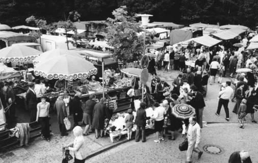 """ARH Slg. Bartling 821, Wochenmarkt-Treiben auf dem """"Wallmarkt"""" aus der Vogelperspektive, Neustadt a. Rbge., um 1972"""
