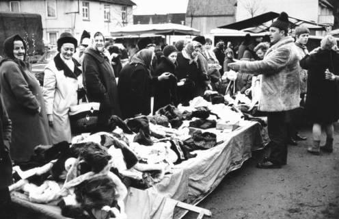 """ARH Slg. Bartling 822, Verkauf von Textilien am Grabbeltisch auf dem """"Wallmarkt"""", Neustadt a. Rbge., um 1971"""