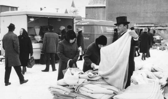 """ARH Slg. Bartling 823, Verkauf von Decken am Grabbeltisch auf dem Wochenmarkt am """"Wallmarkt"""", Neustadt a. Rbge., um 1980"""