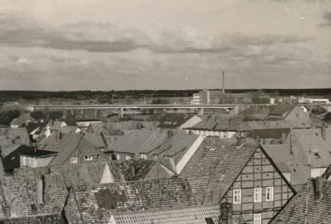 ARH Slg. Bartling 824, Blick über die Dächer der Altstadt nach Osten auf die Umgehungstraße (B 6) und die Firma Kali-Chemie Pharma GmbH, um 1970