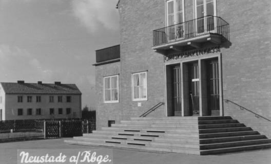 ARH Slg. Bartling 829, Goethestraße 15, Eingang zum Gebäude der AOK, Neustadt a. Rbge., um 1970