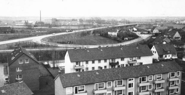 ARH Slg. Bartling 830, Umgehungstraße Nord, Auf- und Abfahrt Leinstraße, Blick vom Turm der katholischen Kirche nach Osten, im Hintergrund die Firma Kali-Chemie Pharma GmbH, Neustadt a. Rbge., Neustadt a. Rbge., 1971
