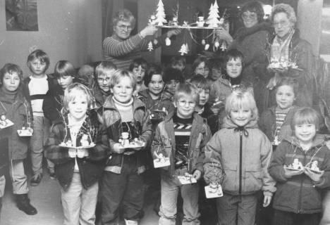 ARH Slg. Bartling 834, Kinder und Personal des Kindergartens am Krankenhaus (?) zeigen ihre Weihnachtsbastelei, Neustadt a. Rbge., um 1980