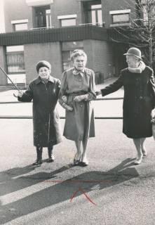 """ARH Slg. Bartling 835, Drei ältere Damen beim Überqueren der Lindenstraße vor dem Haupteingang des Altenzentrums """"St. Nikolaistift"""", Neustadt a. Rbge., um 1980"""