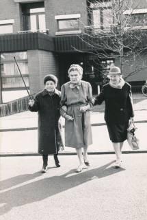 """ARH Slg. Bartling 836, Drei ältere Damen beim Überqueren der Lindenstraße vor dem Haupteingang des Altenzentrums """"St. Nikolaistift"""", Neustadt a. Rbge., um 1980"""