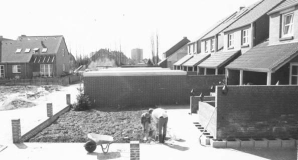 ARH Slg. Bartling 837, Mies-van-der-Rohe-Weg, Reihenhäuser, Blick auf die Rückseite der Häuser, Gärten im Bau befindlich, Neustadt a. Rbge., um 1980