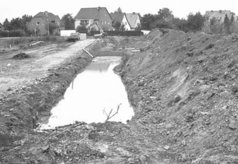 ARH Slg. Bartling 838, Vorbereitung eines Baugebietes, Anlage eines Entwässerungsgrabens, Neustadt a. Rbge., um 1980