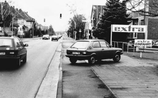 """ARH Slg. Bartling 839, Wunstorfer Straße, Blick nach Süden auf die Kreuzung mit der Siemensstraße, Einfahrt zum Supermarkt """"Extra"""", Neustadt a. Rbge., um 1980"""