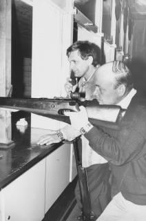 ARH Slg. Bartling 1414, Zwei Schützen im Schießstand, am Gewehr im Anschlag: Dankward Müller, Neustadt a. Rbge., um 1975