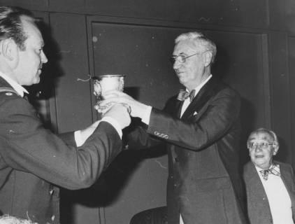 ARH Slg. Bartling 1419, Dem Oberkreisdirektor Hans Meier (Mitte) wird der Silber-Pokal zum Trunk gereicht, um 1975