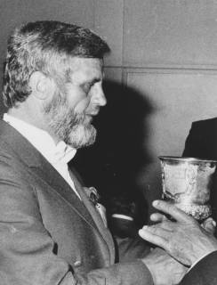 ARH Slg. Bartling 1422, Der Schütze Bodo Bertram empfängt den Silber-Pokal (von 1850) zum Trunke, Neustadt a. Rbge., um 1973