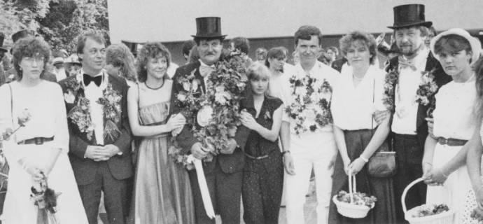 ARH Slg. Bartling 1424, Vier Schützen mit Blumenkränzen um den Hals nebeneinander zum Foto aufgestellt, dazwischen junge Frauen, teilweise mit Blumenkörbchen, Neustadt a. Rbge., um 1973