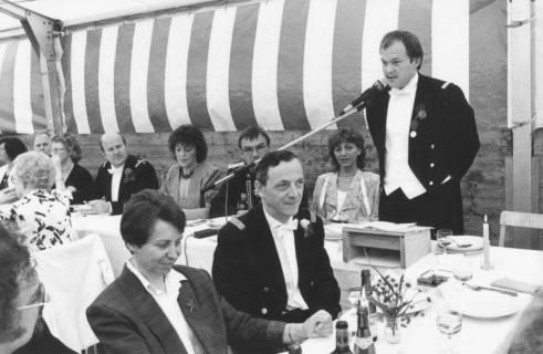 ARH Slg. Bartling 1425, Schützen-Oberst im Frack bei einer Rede im Festzelt vor den am Tisch sitzenden Schützen mit Damen, Neustadt a. Rbge., um 1973
