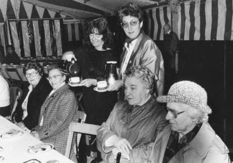 ARH Slg. Bartling 1429, Die Ratsmitglieder Bärbel Pape (SPD, links) und Ursula Baldauf (CDU) bewirten beim Seniorenkaffee des Schützenfestes im Festzelt vier ältere Damen, Neustadt a. Rbge., um 1973