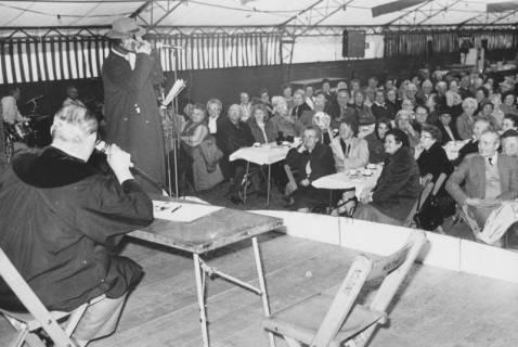 ARH Slg. Bartling 1430, Sketch beim Seniorenkaffee des Schützenfestes im Festzelt, Blick von der Bühne auf die Zuschauer, die an langen Tischen sitzen, Neustadt a. Rbge., um 1973