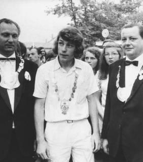 ARH Slg. Bartling 1432, Drei Schützenkönige mit umgehängter Königskette; in der Mitte der Jugend-Schützenkönig, Neustadt a. Rbge, 1972