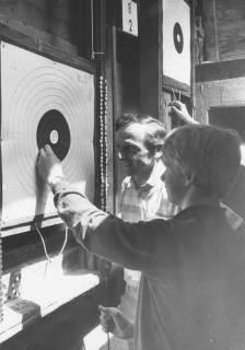 ARH Slg. Bartling 1436, Älterer und junger Mann kontrollieren an der Schützenscheibe im Unterstand das Schießergebnis, Neustadt a. Rbge, um 1973