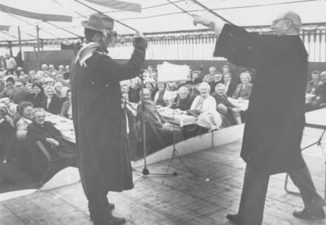 ARH Slg. Bartling 1439, Sketch beim Seniorenkaffee des Schützenfestes im Festzelt, Blick von der Bühne auf die Zuschauer, die an langen Tischen sitzen, Neustadt a. Rbge, 1985