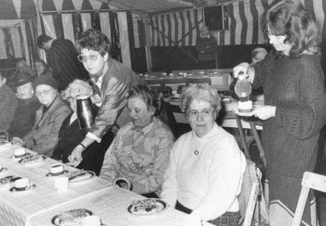 ARH Slg. Bartling 1440, Die Ratsmitglieder Bärbel Pape (SPD, rechts) und Ursula Baldauf (CDU) bewirten beim Seniorenkaffee des Schützenfestes im Festzelt vier ältere Damen, Neustadt a. Rbge, um 1973