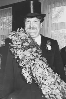 ARH Slg. Bartling 1441, Lächelnder Schützenkönig mit Zylinder auf dem Kopf, mit Eichenkranz auf der Schulter und verblühter Rose im Knopfloch, Neustadt a. Rbge, vor 1973