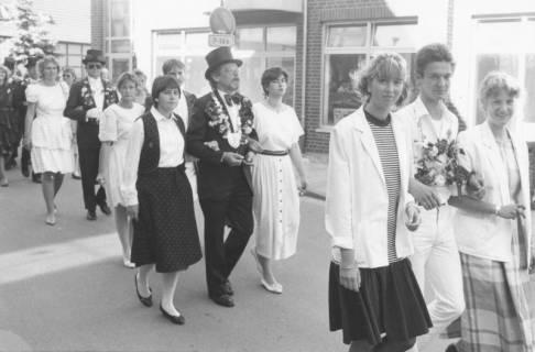 ARH Slg. Bartling 1450, Die drei Schützenkönige marschieren in Begleitung von Ehrendamen durch die Stadt, Neustadt a. Rbge, um 1985