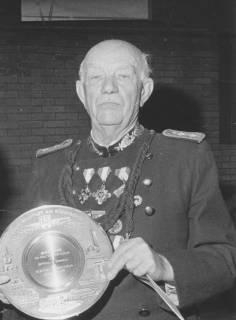ARH Slg. Bartling 1454, Bauunternehmer Wilhelm Wickbold in mit Orden-geschmückter Schützenuniform präsentiert den Ehrenteller der Stadt Neustadt, mit dem er für 25jährige Tätigkeit als Hauptmann ausgezeichnet wurde, Neustadt a. Rbge, 1974