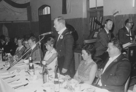 ARH Slg. Bartling 1455, Kommandeur Dankwart Müller (links daneben seine Frau) bei einer Ansprache im Rahmen des festlichen Abendessens in der alten Bürgerhalle (rechts: Sigmar Gabriel ?), Neustadt a. Rbge, 1974
