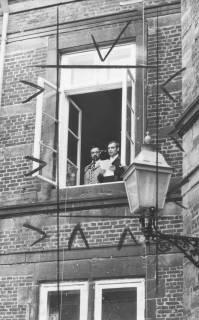 ARH Slg. Bartling 1457, Kreisdirektor Wolfgang Kunze verliest vom Blatt die Fensterrede stehend im Fenster des 1. Obergeschosses am nördlichen Treppenturm des Schlosses; neben ihm der Regierungsrat Jochen Hagemann, Blick vom Schlosshof, Neustadt a. Rbge, 1973