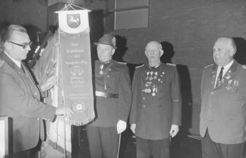 ARH Slg. Bartling 1458, Fritz Böhlke als Vertreter des Schützenverbandes Niedersachsen e. V. überreicht einen Ehrenwimpel für die Schützenfahne zum 125jährigen Bestehen des Jägerkorps von 1848, Neustadt a. Rbge, 1973