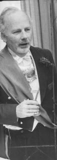 ARH Slg. Bartling 1459, Kommandeur Ulrich Schlüter im Frack mit Kommandeursschild und Schärpe bei einer Ansprache, Neustadt a. Rbge, 1974