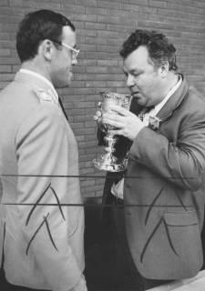 ARH Slg. Bartling 1463, Landrat Alfred Semsroth (SPD) und Kommandeur des Panzergrenadier-Bataillons 33 in Luttmersen OTL Weber beim Umtrunk aus dem Silber-Pokal beim Herrenessen im FZZ, Neustadt a. Rbge, um 1972